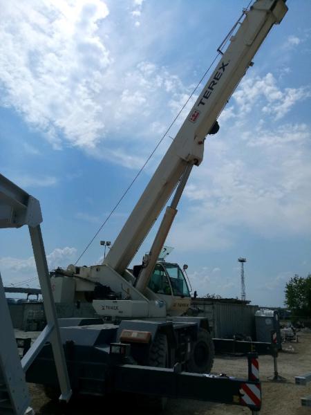Dźwig Terex na placu budowt