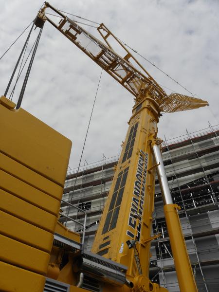 Żuraw na budowie