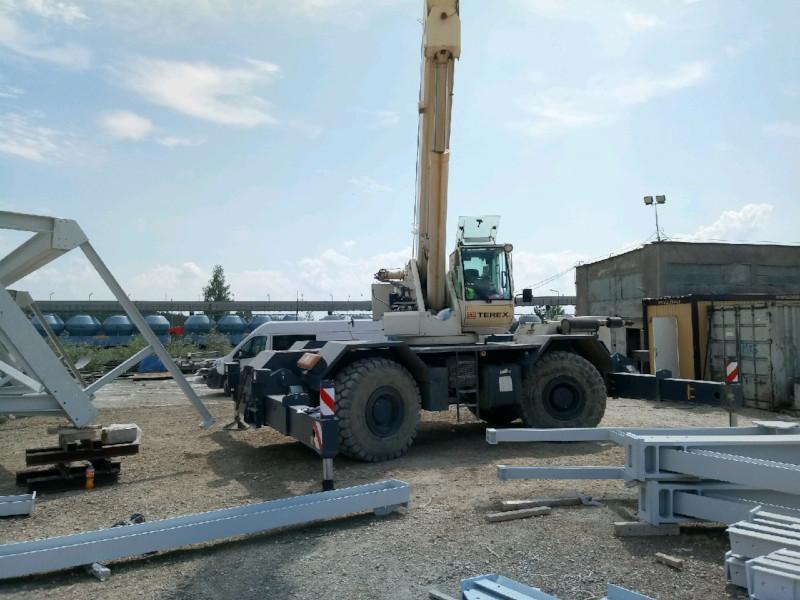 Dźwig na budowie